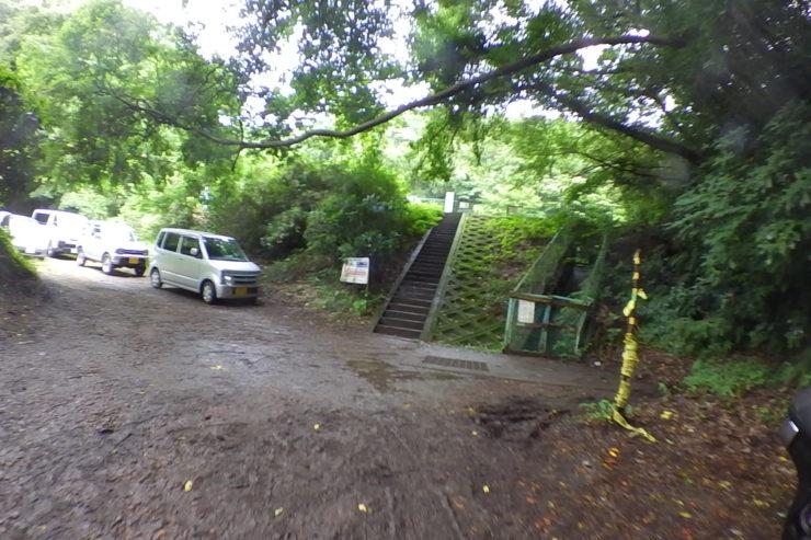池の前の車