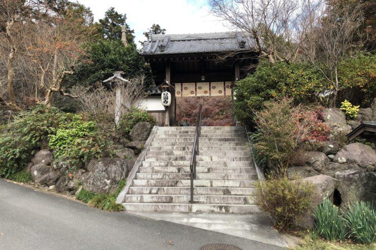 覚園寺入口