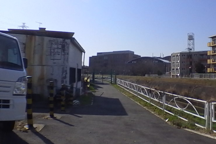 川沿いのゲート