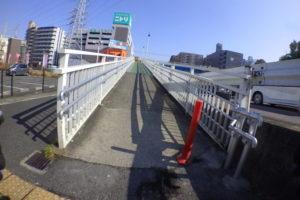 交差点の歩道橋スロープ