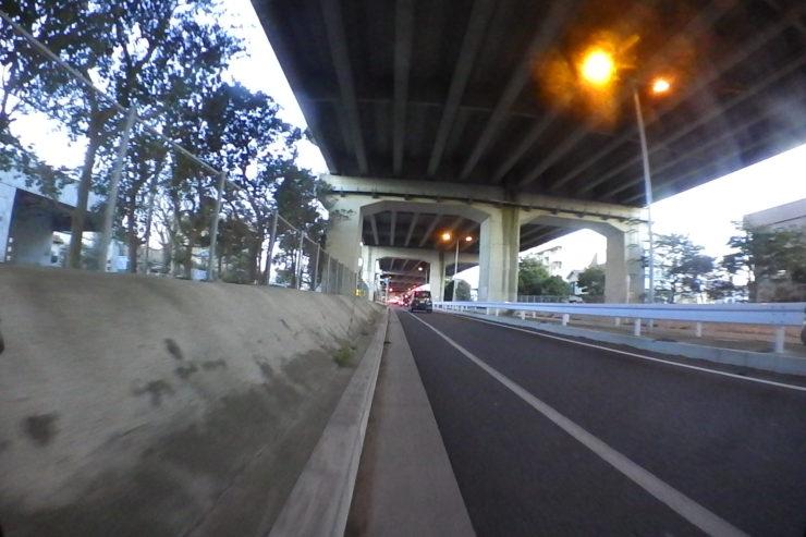 高速下の側道