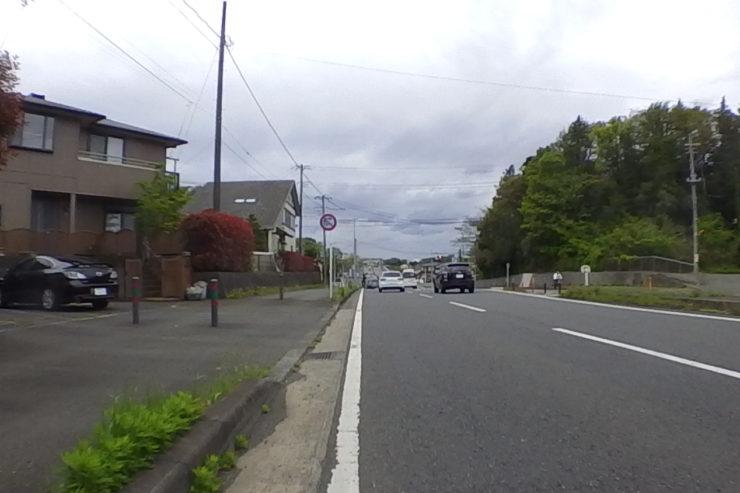 手前を走るロードバイク
