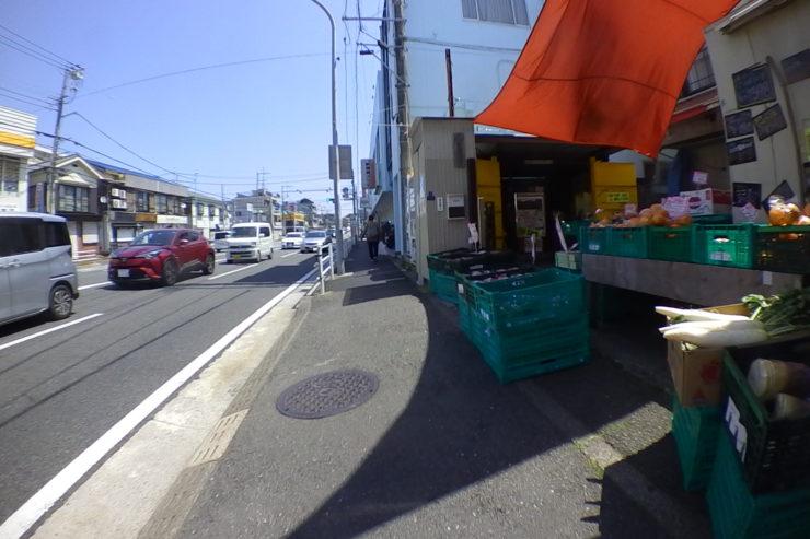 食料品店前の歩道