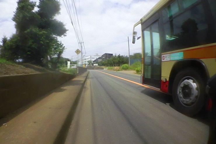 バスに抜かれた