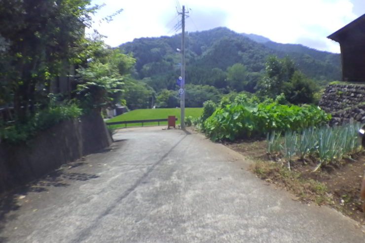 道志川の橋への入口
