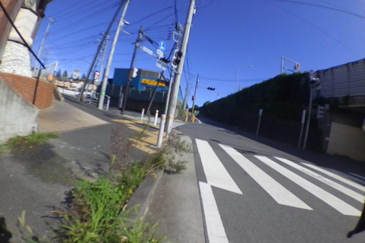 東名高速沿いの道