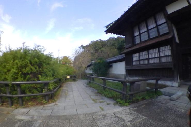 阿久和川沿いの旧家