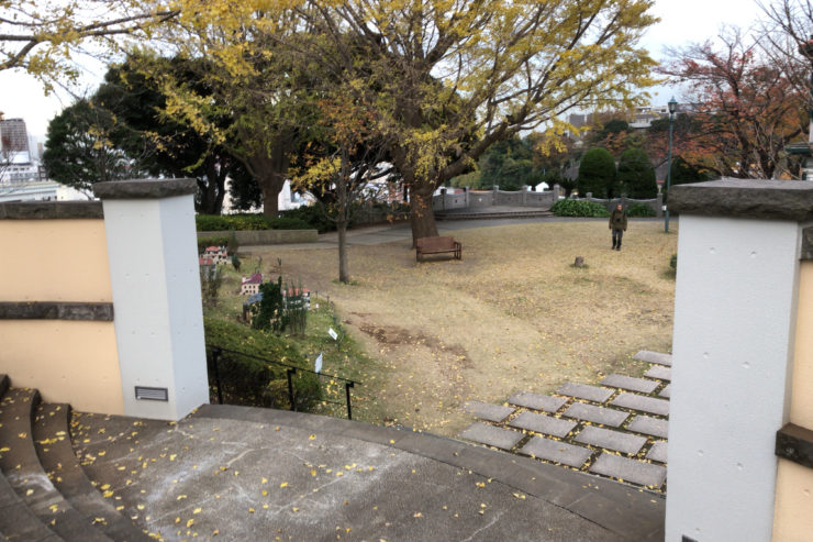 ブラフ18番館の庭