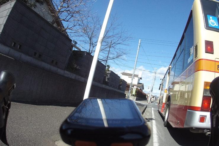 追い越したバス