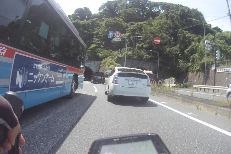 停車中のバスを追い越し