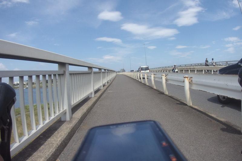相模川に架かる橋の上