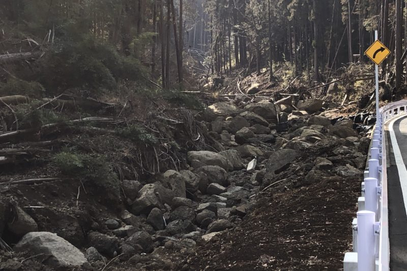 岩石に埋もれた川