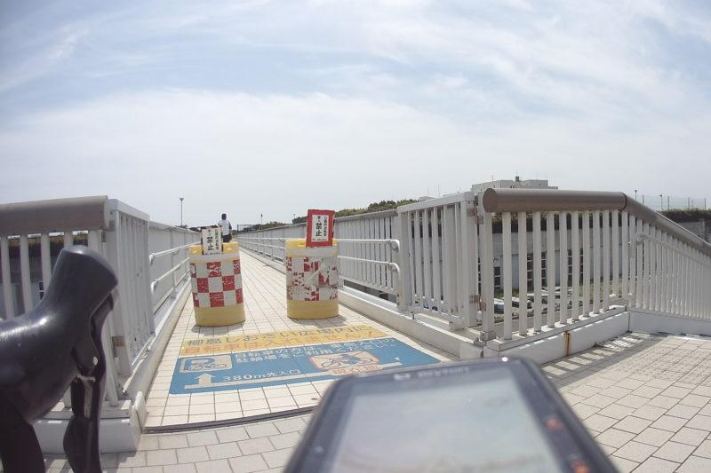 柳島しおさいスポーツ広場の歩道橋入口