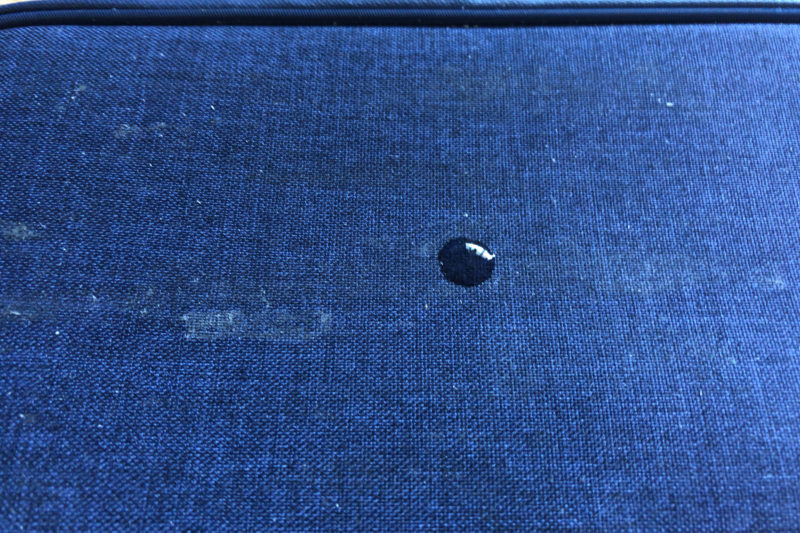 サイクルウォレットに接着剤を薄く塗ったところに水をたらしたところ