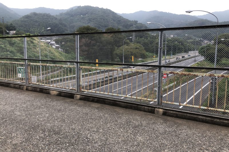 中央高速道路上にかかる橋